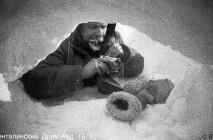 В.Шенталинский у берлоги, Дрим-Хед, 1979. Фото автора.